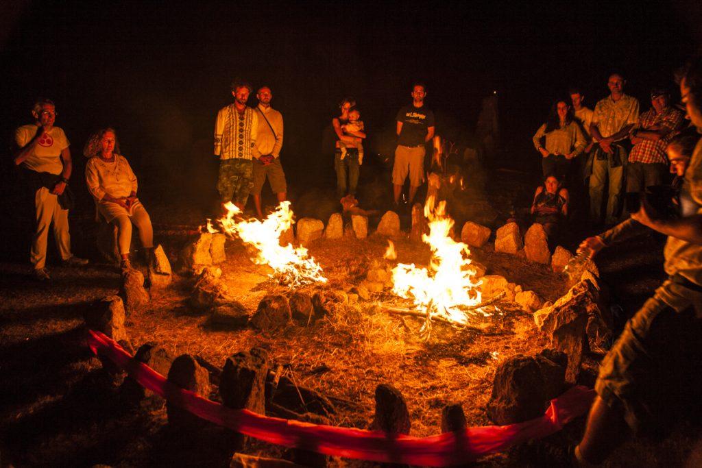 hoguera y gente reúnida en la noche de san juan